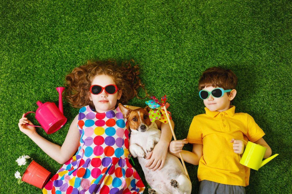children with a puppy